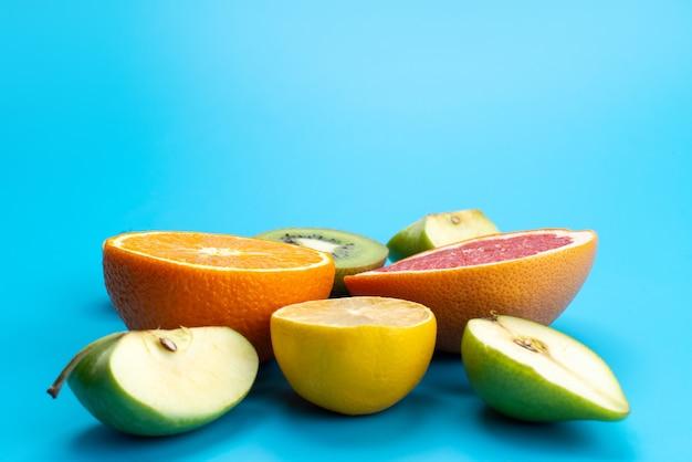 Widok z przodu świeże owoce w plasterkach łagodne i smaczne na niebieskiej tęczy