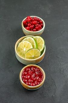 Widok z przodu świeże plasterki cytryny z jagodami