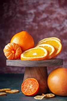 Widok z przodu świeże pomarańcze na ciemnym tle kolor owoców cytrusowych dojrzały sok cytrusowy drzewo smak łagodny