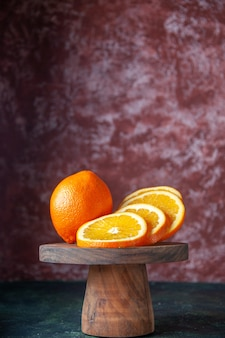Widok z przodu świeże pomarańcze na ciemnym tle kolor owoców cytrusowych łagodny dojrzały sok smak drzewa