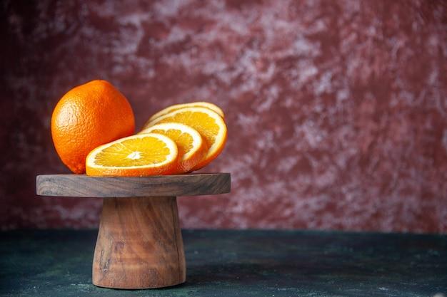 Widok z przodu świeże pomarańcze na ciemnym tle kolor owoców cytrusowych łagodny sok cytrusowy smak drzewa