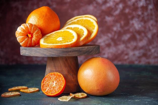 Widok z przodu świeże pomarańcze na ciemnym tle kolor owoców cytrusowych owoce cytrusowe dojrzałe drzewo smak łagodny