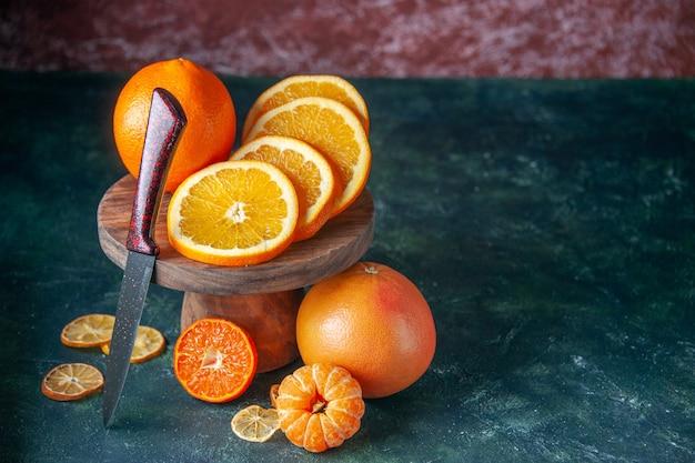 Widok z przodu świeże pomarańcze z jabłkami na ciemnym tle owoce cytrusowe kolor dojrzały sok drzewo smak łagodny
