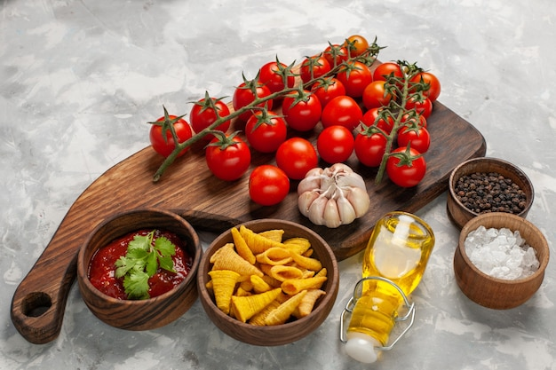 Widok z przodu świeże pomidory koktajlowe z przyprawami na białej powierzchni mączka warzywna sałatka zdrowia żywności
