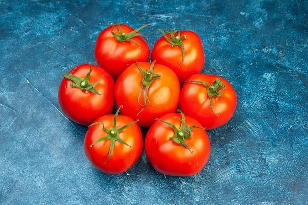 Widok z przodu świeże pomidory na niebieskiej sałatce czerwone drzewo warzywo kolor dojrzałe jedzenie