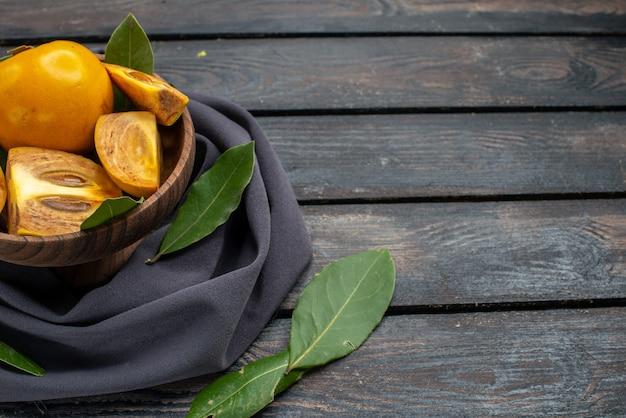 Widok z przodu świeże słodkie persymony na drewnianym biurku