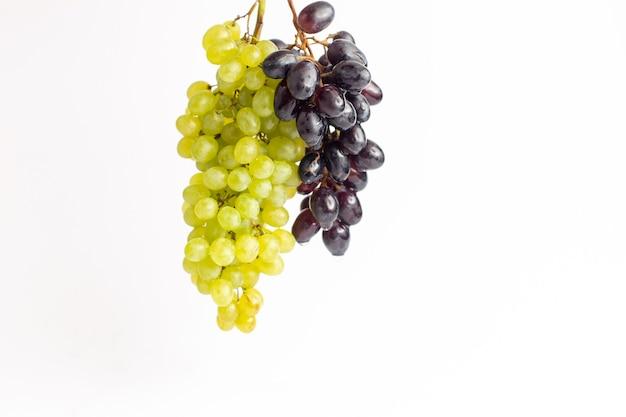 Widok z przodu świeże soczyste winogrona złagodzone ed na białym tle