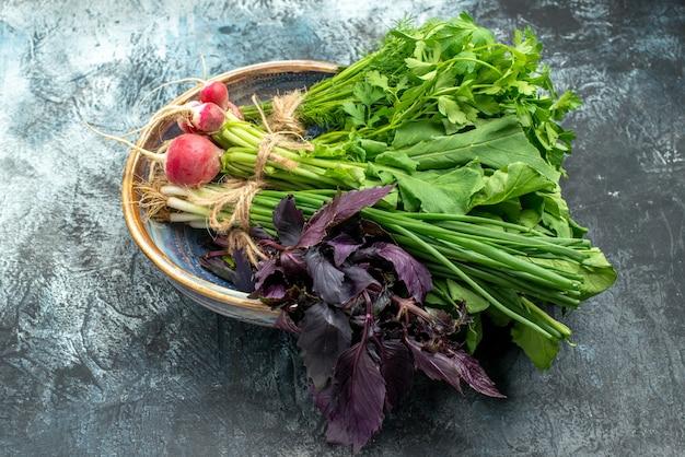 Widok z przodu świeże warzywa z rzodkwią na ciemnym jasnym tle kolorowe zdjęcie dojrzałej sałatki