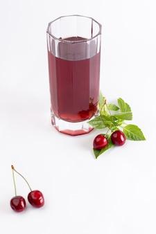 Widok z przodu świeże wiśnie kwaśne i łagodne wraz z sokiem wiśniowym na białym tle