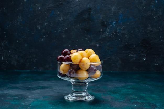 Widok z przodu świeże wiśnie łagodne owoce wewnątrz szkła na ciemnoniebieskiej ścianie świeża wiśnia czereśnia