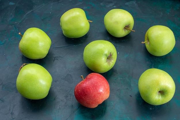 Widok z przodu świeże zielone jabłka na ciemnoniebieskim biurku owoce świeże drzewo roślina mellow