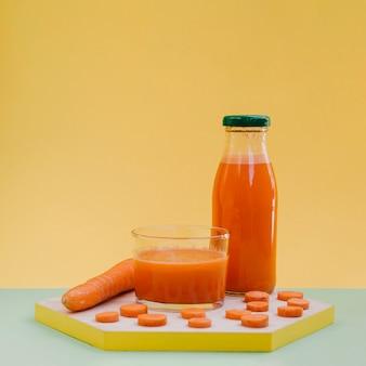 Widok z przodu świeżego i organicznego soku z marchwi