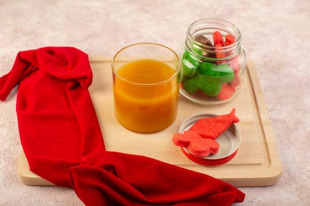 Widok z przodu świeżego soku brzoskwiniowego słodki i pyszny z kolorowymi ciasteczkami w środku