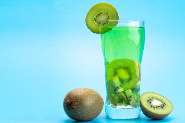 Widok z przodu świeży koktajl owocowy z kawałkami świeżych owoców lodem chłodzenie na niebiesko, pić sok koktajl owocowy kolor