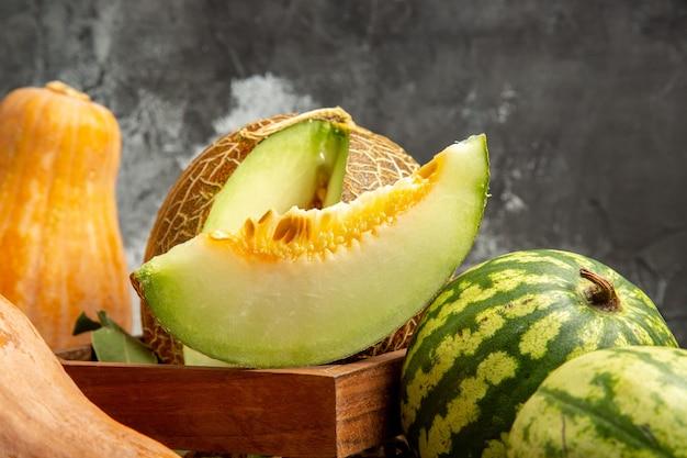 Widok z przodu świeży melon z dynią i arbuzem na ciemnym tle