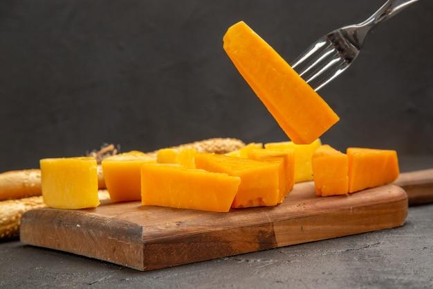Widok z przodu świeży pokrojony ser z bułeczkami na ciemnej przekąsce kolorowe zdjęcie chrupiące śniadanie