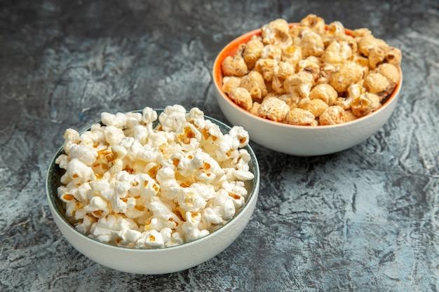 Widok z przodu świeży popcorn do filmu na lekkich przekąskach z sucharów na podłodze