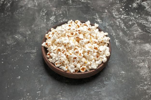 Widok z przodu świeży popcorn na ciemnym tle przekąska film kolor ciemność kino kukurydza