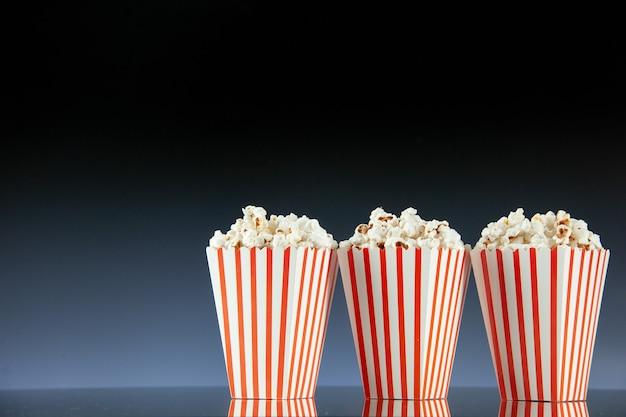 Widok z przodu świeży popcorn na ciemnym tle