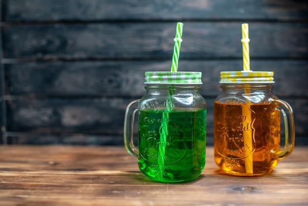 Widok z przodu świeży sok jabłkowy w puszkach na ciemnym kolorze napoju owocowego ze zdjęciem w barze koktajlowym