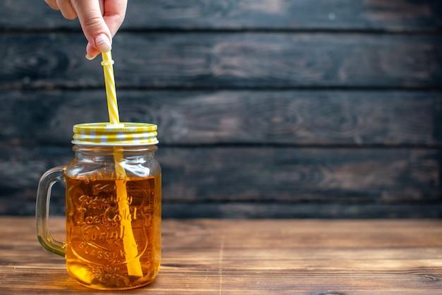 Widok z przodu świeży sok jabłkowy w środku puszki ze słomą na ciemnym napoju owocowym zdjęcie bar koktajlowy kolor wolna przestrzeń