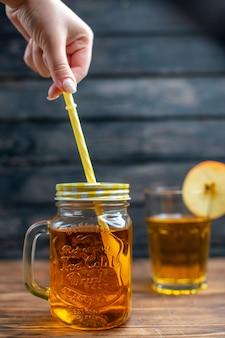 Widok z przodu świeży sok jabłkowy w środku puszki ze słomką na ciemnym kolorze paska napoju owocowego fruit