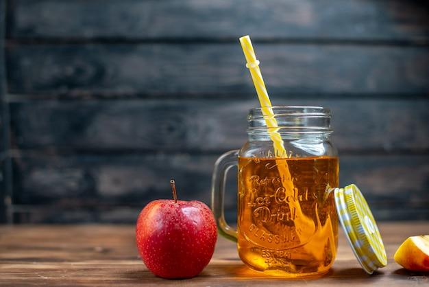 Widok z przodu świeży sok jabłkowy w środku puszki ze świeżymi jabłkami na ciemnym barze napój owocowy zdjęcie koktajl kolor