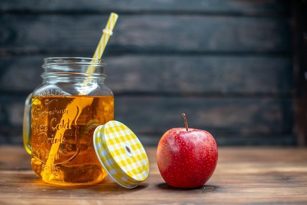 Widok z przodu świeży sok jabłkowy w środku puszki ze świeżymi jabłkami na ciemnym pasku owoce pić zdjęcie koktajl kolor
