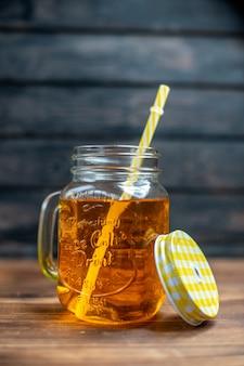 Widok z przodu świeży sok jabłkowy wewnątrz puszki na ciemnym barze napój owocowy zdjęcie kolor koktajlu