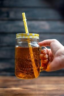 Widok z przodu świeży sok jabłkowy wewnątrz puszki ze słomką na ciemnym napoju zdjęcie koktajl bar owocowy kolor
