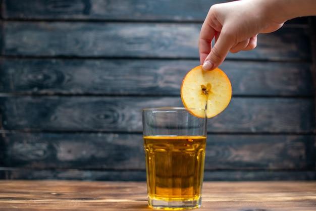 Widok z przodu świeży sok jabłkowy wewnątrz szkła na ciemnym drinku koktajl barowy kolor owoców