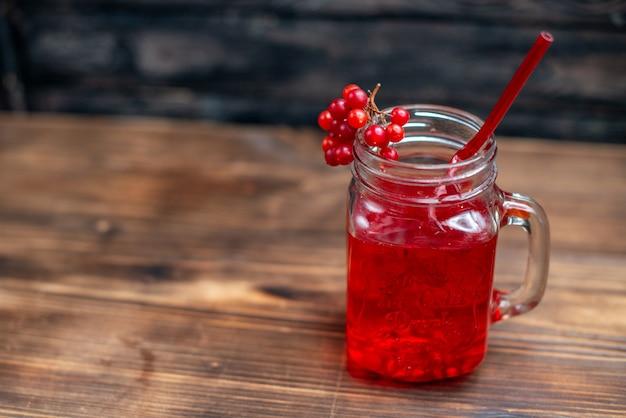 Widok z przodu świeży sok żurawinowy wewnątrz puszki na ciemnym pasku owocowym zdjęcie koktajl kolorowy napój jagodowy