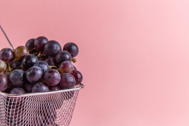 Widok z przodu świeżych kwaśnych winogron wewnątrz frytkownicy