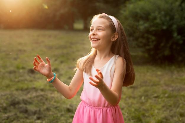 Widok z przodu szczęśliwa dziewczyna w parku