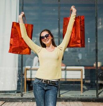 Widok z przodu szczęśliwa dziewczyna z torby na zakupy