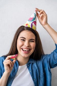 Widok z przodu szczęśliwa kobieta z czapką