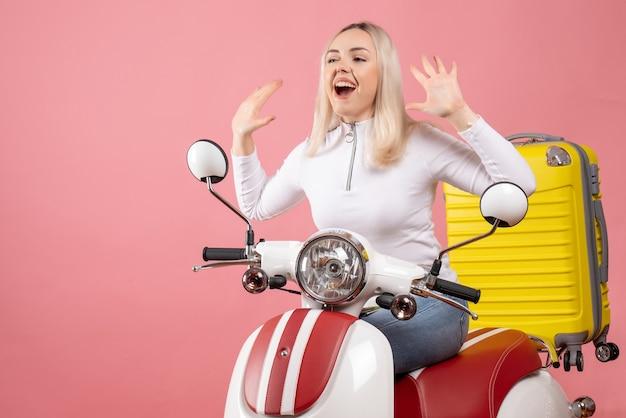 Widok z przodu szczęśliwa młoda dama na motorowerze podnosząc ręce