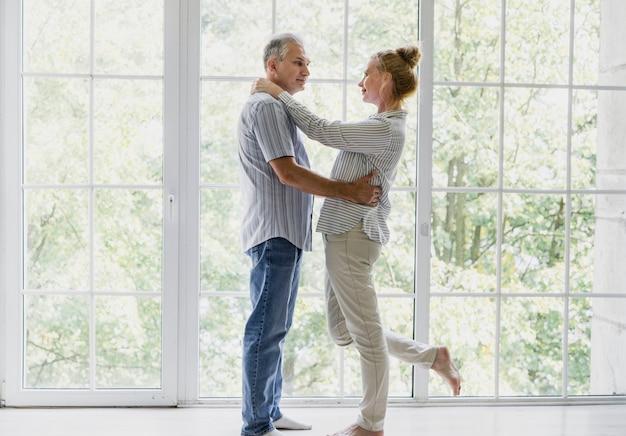 Widok z przodu szczęśliwa para starszych razem