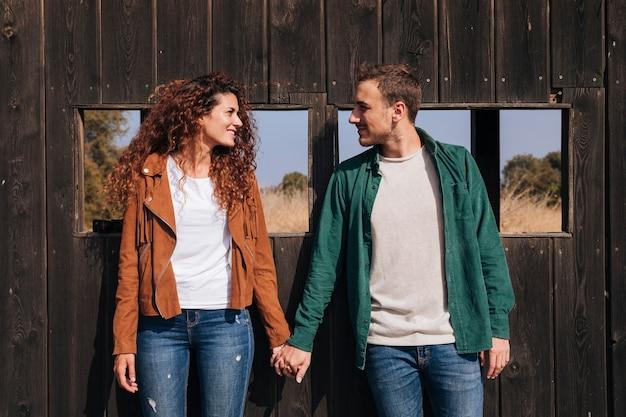 Widok z przodu szczęśliwa para trzymając się za ręce