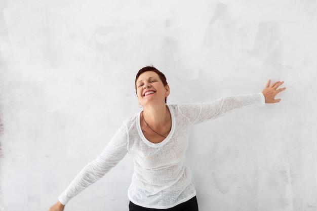 Widok z przodu szczęśliwa starsza kobieta
