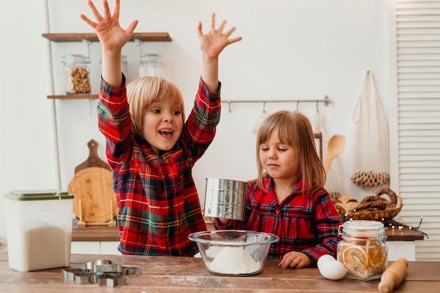 Widok z przodu szczęśliwe dzieci gotowanie
