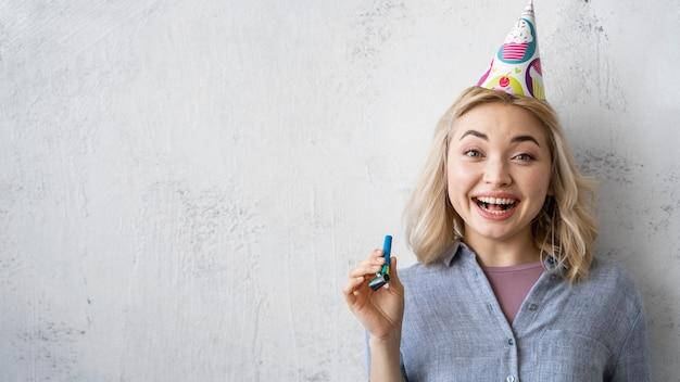 Widok z przodu szczęśliwej kobiety z czapką i miejscem na kopię