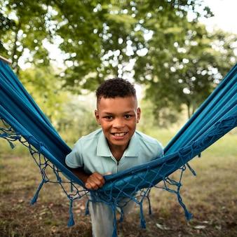 Widok z przodu szczęśliwy chłopiec w hamaku