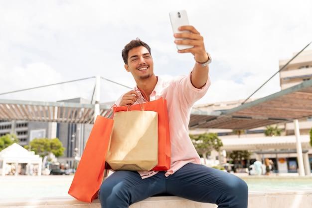 Widok z przodu szczęśliwy człowiek biorąc selfie