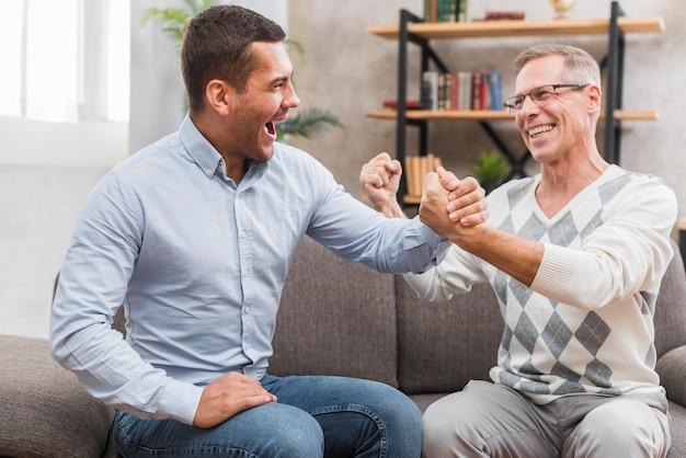 Widok z przodu szczęśliwy ojciec i syn