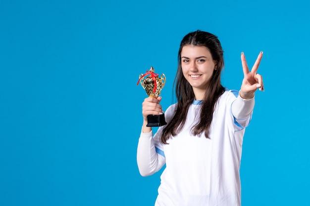 Widok z przodu szczęśliwy żeński gracz z kubkiem
