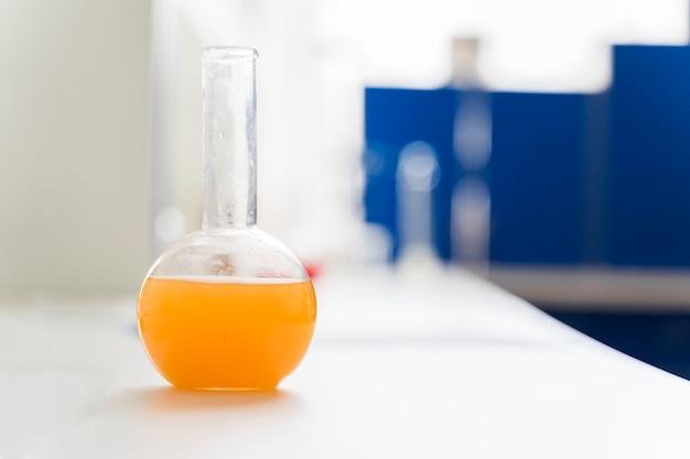 Widok z przodu szklanego laboratorium naukowego