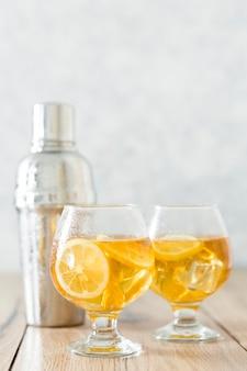 Widok z przodu szklanki z napojem cytrynowym
