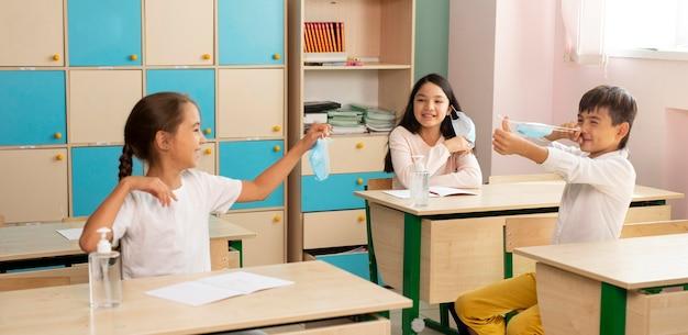 Widok z przodu szkoły podczas koncepcji covid