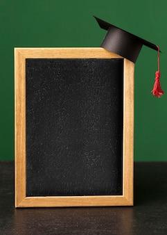 Widok z przodu tablicy z czapką akademicką